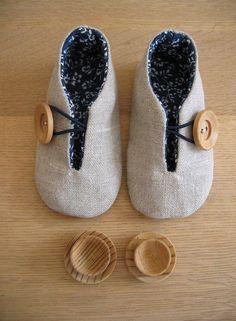 tecido exterior: linho tecido interior: algodão fecho: elásticos e botões de madeira dimensão: 11,4 cm (6-8 meses)  objecto: brinquedos em madeira (desconheço a autoria)