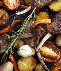 Grillade lammkotletter med ugnsbakade grönsaker och rostad vitlökskräm