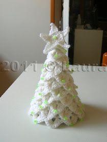 Alberini di Natale fatti con circa 25 g di lana e uncinetto n. 3,5 in punto coccodrillo. Li avevo visti in rete, non ricordo...