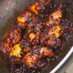Mmmm! Deze kip is zó lekker, je likt er letterlijk je vingers bij af. De saus lijkt misschien aangebrand, maar dit is de karamelisatie van de bruine suiker en tomatenpuree. Ik vind deze kip echt een toppertje. Lekker zoet, plakkerig, mals.. Het maakt niet uit wat voor kip je gebruikt, maar ik geef de voorkeur aan tv-boutjes, vleugels of de 'spare ribs'. Serveer het met zelfgemaakte frieten of smashed potatoes als hoofdgerecht, of op een feestje als hapje. Vergeet dan niet servetjes uit te… Tapas, I Love Food, Good Food, Yummy Food, Achiote, Asian Recipes, Healthy Recipes, Food Porn, Sticky Chicken
