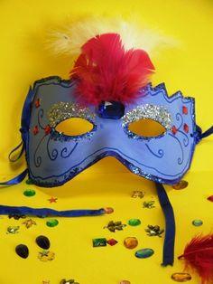 Maschera di carta decorata