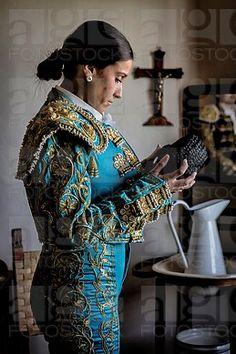 Preparaciones para vestir torero antes de ir a la plaza de toros, tomada en Sevilla, España