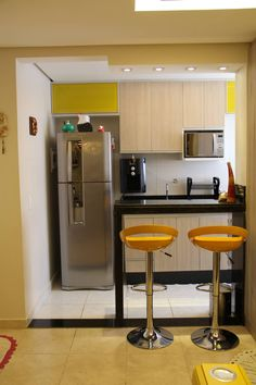 Browse photos of Small kitchen designs. Discover inspiration for your Small kitchen remodel or upgrade with ideas for organization, layout and decor. Small Apartment Kitchen, Appartement Design, Best Kitchen Designs, Interior Design Living Room, Design Bedroom, Cool Kitchens, Small Kitchens, Kitchen Remodel, Small Spaces