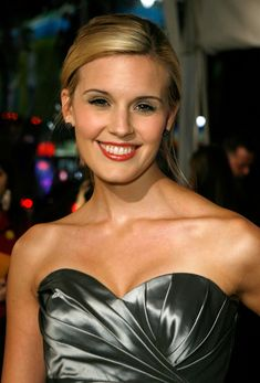 Maggie Grace In Grace was cast as Shannon Rutherford in the television series Lost, on which she was a main cast member for the first two seasons, winning a Screen Actors Guild Award shared with the ensemble cast. Maggie Grace, Classic Actresses, Actors & Actresses, Hollywood Actresses, Jane Austen Book Club, The Taken, Stretch Mark Cream, Ensemble Cast, Katherine Heigl