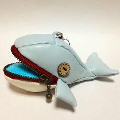 合皮で作ったクジラのストラップです。口にはチャックが付いてます!口の中は蛍光のタオル生地を使いました。指輪を入れちゃったりして( ´ ▽ ` )写...|ハンドメイド、手作り、手仕事品の通販・販売・購入ならCreema。