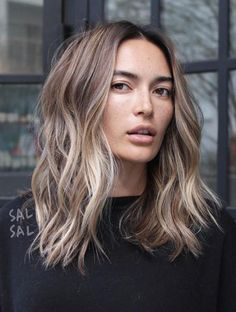 Are you looking for blonde balayage hair color For Fall and Summer? See our collection full of blonde balayage hair color For Fall and Summer and get inspired! Wavy Hairstyles Tutorial, Bob Hairstyles, Short Haircuts, Trendy Hairstyles, Layered Haircuts, Medium Wavy Hairstyles, Modern Haircuts, Wedding Hairstyles, Medium Hair Styles