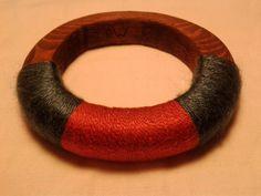 Bracciale in legno di pino fatto a mano con decorazioni in cotone colorato.  Diametro 7,5 cm.    Disponibili su richiesta diversi colori del legno e