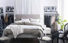 Prachtige kamer met wit en grijs, en de kleren verstopt achter een gordijntje om het rustig te houden!