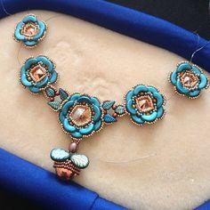 Pärlade på färjan till Tallinn under helgen som var. En, tre eller fem blommor? Vad tycker du? Jag vet då rakt inte. 🤔 #pärla… Seed Bead Bracelets, Seed Bead Jewelry, Diy Jewelry, Beaded Jewelry, Jewelery, Jewelry Necklaces, Jewelry Making, Jewelry Patterns, Beading Patterns