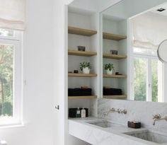 Baño con estantería