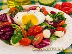 Салат с яйцом-пашот, помидорами и моцареллой