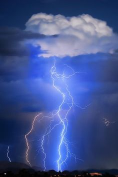 ✮ Monsoon storm activity in the Monsoon Desert of Arizona from the board: Photography - Lightning & Other Sky Art by Diane Aldrich. All Nature, Science And Nature, Amazing Nature, Nature Tree, Cool Pictures, Beautiful Pictures, Thunder And Lightning, Lightning Storms, Lightning Flash
