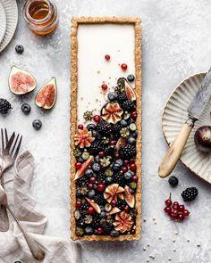 Vanilla maple custard tart with quinoa flakes almond crust .- Vanilla maple custard tart with quinoa flakes almond crust 💗 Vegan Custard Recipes, Almond Recipes, Vanilla Tart Recipes, Decors Pate A Sucre, Just Desserts, Dessert Recipes, Delicious Desserts, Chocolate Ganache Tart, Chocolate Cake