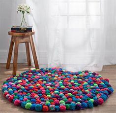 Tapete de pompoms de lã. Esse dá um trabalhinho, mas o trabalho final é para impactar com cores na sala ou quarto  Artista: Eliane Palmieri: