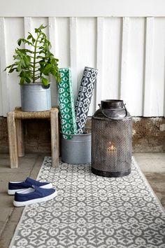Mønstret teppe som kan brukes utendørs på balkongen eller altanen. <br><br>100% polypropen<br>Rengjøres ved støvsuging, Rengjøres ved spyling med vann.