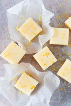 Lemon fudge in english och på svenska Candy Recipes, Baking Recipes, Sweet Recipes, Dessert Recipes, Fudge, Yummy Snacks, Yummy Food, Homemade Candies, No Bake Treats