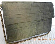 Carteira nellfernandes com base reta em seda drapeada verde musgo. Tamanho: 21 x 14.