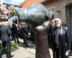 Mario Adorf vor der Butt-Skulptur am Lübecker Günter-Grass-Haus.