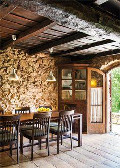 Comedor de una antigua masía restaurada por sus actuales propietarios tiene sus orígenes en el siglo IX. Está en Camprodón, en pleno Pirineo catalán.