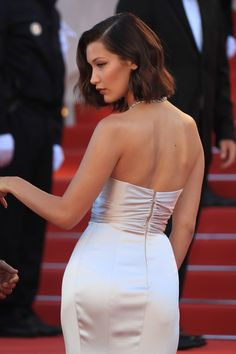 Bella Hadid attends the 'Ismael's Ghosts ' screening and Opening Gala during the annual Cannes Film Festival at Palais des Festivals on May Estilo Gigi Hadid, Bella Gigi Hadid, Bella Hadid Outfits, Bella Hadid Style, Red Carpet Hair, Red Carpet Looks, Emily Ratajkowski, Bella Hadid Short Hair, Bella Hadid Red Carpet