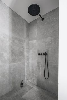 Kronos-fliser i bad - sort armatur fra Vola - interior - bathroom - Hmdesign Bathroom Sets, Bathroom Fixtures, Small Bathroom, Gold Bathroom, Bathroom Showers, Bathroom Cabinets, Bathroom Furniture, Bad Inspiration, Bathroom Inspiration