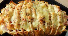 Töltött kenyér recept: Ebben a töltött kenyér receptben a hozzávalók bármi másra lecserélhetők, variálhatók. Az ember azt tesz bele, amit szeretne, ami van otthon. Perc alatt gyors és finom reggeli vagy vacsora tehető az asztalra. Igazából csak arra kell figyelni szerintem, egyrészt amikor bevágjuk, a kenyeret ne vágjuk végig, illetve, hogy ne csak felvágott, szalámi, sajt vagy akár hagyma kerüljön bele, hanem pici vaj darabok is, mert anélkül kissé száraz lesz. Meat Recipes, Cooking Recipes, Healthy Recipes, Dinner Recipes, Eastern European Recipes, Vegetable Seasoning, Hungarian Recipes, Creative Food, Easy Meals