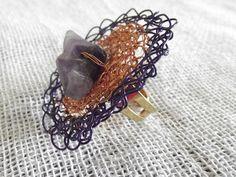Anel regulável em crochê de fios de metal , cobre esmaltado em dourado e esmaltado em roxo( fio importado),bordado com pedras naturais( ametista).