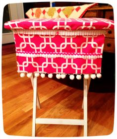 This is a shot of one of the TV trays we shared. I will be posting tutorial and conteste details soon! Homemade Bows, Homemade Gifts, Tv Tray Makeover, Diy And Crafts, Arts And Crafts, Tv Trays, Sewing Hacks, Sewing Tips, Girls Quilts