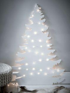 silhouette de sapin en bois peint blanc avec guirlandes lumineuses led