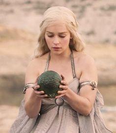 En su boda con Khal Drogo, Daenerys Targaryen recibe del Magister Ilirio Mopatis, tres huevos de dragón, como regalo nupcial. Uno de ellos es de color crema con reflejos dorados y con escamas de punta redondeada, mientras que los otros dos tienen escamas puntiagudas, pero uno es de color verde y otro de color negro.