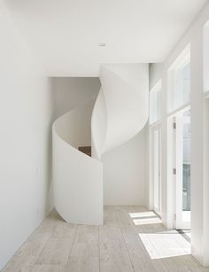Interior Design Addict: Sculptural Forms x Minimal Detailing Design by Ian Moore Architects . Modern Architecture Design, Australian Architecture, Interior Architecture, Design Exterior, Home Interior Design, Interior Inspiration, Design Inspiration, Staircase Design, Staircase Ideas