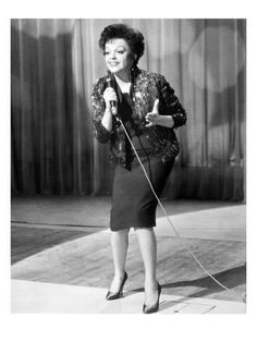 Judy Garland attained international stardom as an actress in both musical and dramatic roles, as a recording artist and on the concert stage. Hollywood Glamour, Classic Hollywood, Old Hollywood, Judy Garland Liza Minnelli, Concert Stage, Dramatic Arts, American Legend, American Singers, American Actors