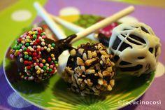 I cake pops nutella e pandoro sono dei dolcetti colorati e divertenti, oltre che buonissimi, facili da preparare ed ideali per riciclare avanzi di pandoro.