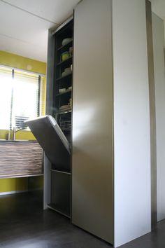 Apparatuur (vaatwasser en koelkast) keurig verborgen achter twee schuifdeuren van echt aluminium. De vaatwasser is hierbij ergonomisch op hoogte ingebouwd.