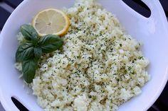La ricetta semplice per preparare in casa un favoloso risotto al limone e basilico, un primo piatto da leccarsi i baffi