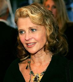Born April 1941 in Assam, India, the daughter of an English tea planter and his Welsh painter wife, Julie Christie was sent to a boarding school in England at the age of By she had moved… Julie Christie, Going Gray Gracefully, Aging Gracefully, Tom Courtenay, Richard Lester, Sarah Polley, Old Age Makeup, Alan Bates, 14 Avril