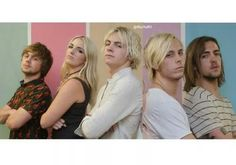 Who's face is that inbetween Ross and Riker? lol