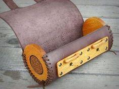 Motocicleta con estilo original para el bolso. De cuero marrón oscuro natural y tallado en madera de roble, con una cerradura de madera personalizada en la parte delantera. tamaño: diámetro 12 cm longitud 26 cm montaje puntos 20 cm Los paneles están hechos de madera de roble cuidadosamente tallada, arena y tienen un acabado con aceite de linaza y cera de abeja natural natural. El bolso es totalmente cosido a mano. los paneles laterales se cosen con cordón de cuero y pueden ser cerrados…
