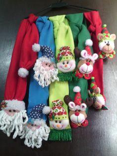 Bufandas navideñas Christmas Crafts, Christmas Decorations, Boombox, Christmas Stockings, Gingerbread, Diy And Crafts, Knit Crochet, Sewing Projects, Santa