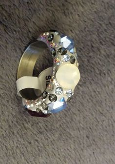Wieder ein ausgefallenes Schmuckstück aus unserer Kollektion.Ein Edelstahlring besetzt mit Kristallen der Marke Swarovski ELEMENTS im Form-Mix.Der Ring hat die