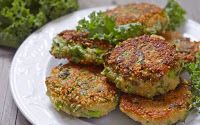 Crispy Quinoa & Kale Fritters - SkinnyMs Versatile and reliable, kale has found its way into many dishes. This wheat-free crispy quinoa and kale fritters recipe ranks high in our book! Kale Recipes, Vegetarian Recipes, Cooking Recipes, Healthy Recipes, Recipes Dinner, Lunch Recipes, Breakfast Recipes, Dessert Recipes, Zucchini Patties