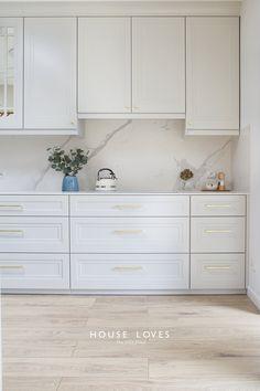 Projekt NAVY - granatowa, elegancka kuchnia w klasycznym stylu Living Room And Kitchen Design, Home Decor Kitchen, Kitchen Ideas, Log Home Kitchens, Modern Farmhouse Kitchens, Modern Kitchen Interiors, Interior Design Kitchen, White Shaker Kitchen, Home Entrance Decor