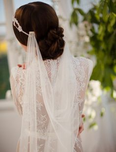 love how this veil hangs and shows the hair! hate how the comes show though... it needs an embellishment there
