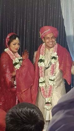 Television's most loved and adored actress, our very own Geet and Madhubala, Drashti Dhami tied the knot to her long time boyfriend Neeraj Khemka at Sun N sand Wedding Couple Poses Photography, Photography Poses, Bollywood Pictures, Drashti Dhami, Wedding Rituals, Sari Blouse Designs, Hindus, Bollywood Stars, South Indian Actress