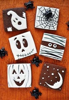 Halloween Recipes & Fun Party Food - Over 100 Cute & Creepy Ideas Turn chocolate cookies, brownies, or cakes into fun Halloween desserts. Halloween Desserts, Cocktails Halloween, Bolo Halloween, Halloween Sugar Cookies, Halloween Goodies, Halloween Crafts, Halloween Brownies, Halloween Biscuits, Halloween Chocolate