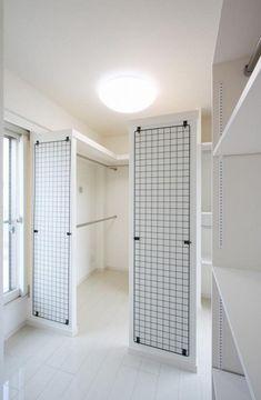 こだわりの収納スペース(赤色のアクセントカラーの映える家) - 収納事例|SUVACO(スバコ)