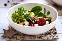 Feldsalat mit Mozzarella, Granatapfel und Basilikum-Vinaigrette Rezept | LECKER