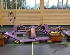 Hier ist nochmal eine tolle Idee: wir haben aus kleinen Kästen und Steppern eine Stepperlandschaft gebaut auf der die Kinder kreuz und quer turnen und spielen konnten. Material: -> kleine Kästen -> Stepper #kinderturnen#stepper#aufbauidee#toben#klettern#spielen#spaß#bewegungslandschaft#turnhalle - @kinderturnen_ideen