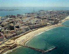 La zona nueva de Cádiz con sus playas y la bahía al fondo