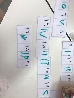 مركز من مراكز التعلم يكمل الطفل كتابة الاعداد بالتسلسل